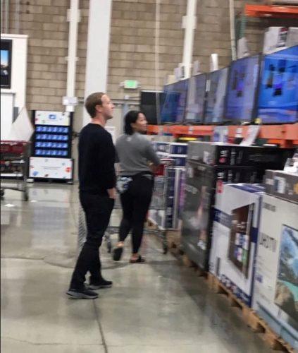 صاحب الفيس بوك (77) مليار $ يتسوق  تلفزيون في التخفيضات
