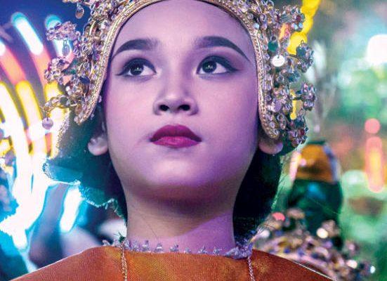 ممثلة تايلاندية تراقب زميلاتها أثناء الاحتفال بالذكرى 192 لتأسيس معبد وات برايون بانكوك
