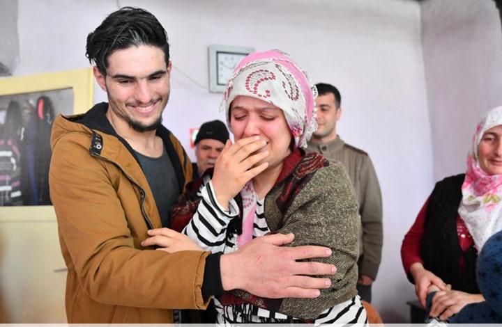 المرأة التركية تلتقي بالشاب السوري الذي أنقذ حياتها.. حفر بأصابعه حتى تمزقت يداه»ليُخرجها من تحت الأنقاض
