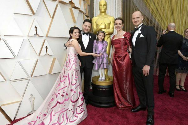 لقطات من حفل الأوسكار: فستان ناشطة ومخرجة سوريّة سرق الأنظار!وخواكين فينيكس وخطيبته يصدمان الجميع وانتقادات لترامب