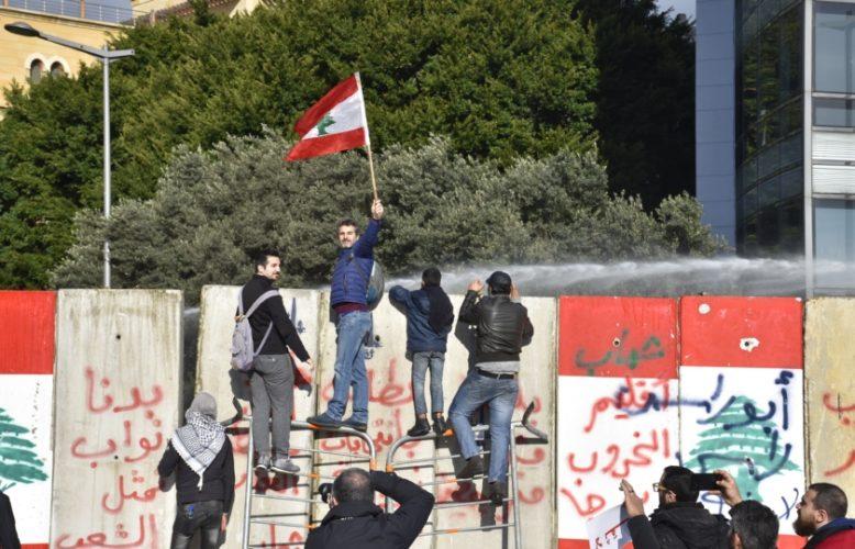 ضرب نائب ورشق سيارة وزير بالبيض:البرلمان اللبناني يعقد جلسته رغم المواجهات بين الجيش والمتظاهرين