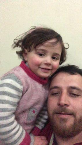 سوري يعلم ابنته أن تضحك كلما سمعت صوت قذيفة في إدلب