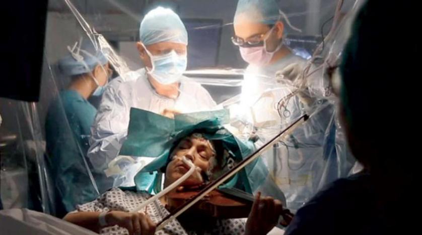 مريضة تعزف الكمان أثناء خضوعها لجراحة استئصال ورم في المخ