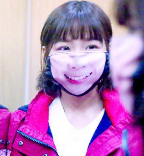 فتاة تايوانية ترتدي قناعاً مبتكراً وهل يحل النحاس النقص العالمي في الأقنعة