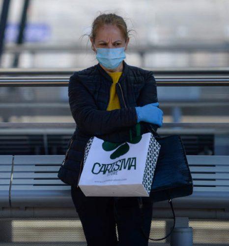 امرأة ترتدي كمامة في المحطة المركزية في لوكسمبورغ