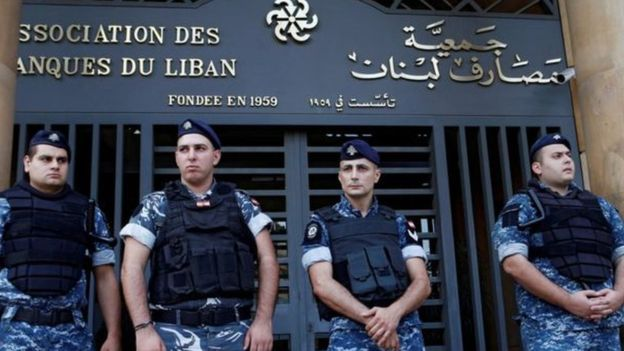 """لبنان: هل أزمة الاقتصاد سببها """"سياسات خاطئة"""" أم """"مؤامرة أمريكية إسرائيلية""""؟"""