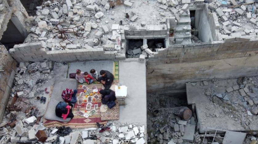 عائلة سورية تتناول إفطار رمضان وسط أنقاض الحرب