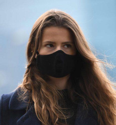 ناشطة ترتدي كمامة أثناء مظاهرة ضد محطة توليد طاقة تعمل بالفحم في ألمانيا