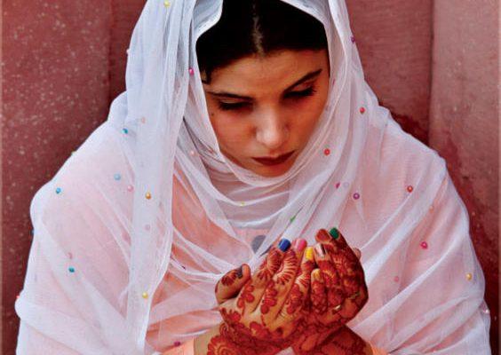 باكستانية يداها مزيّنتان بالحناء التقليدية تصلي صلاة عيد الفطر