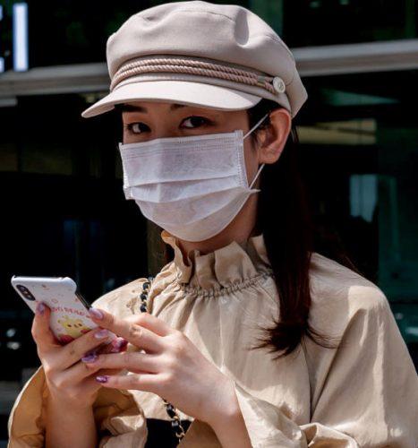 رقابة غريبة لصحة الصينيين وسط كورونا وصبية أمام متجر لشركة الاتصالات العملاقة «هواوي»