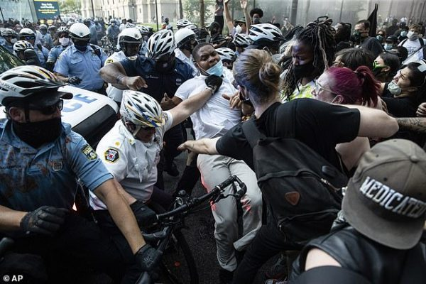 اول انتفاضة اميركية من نوعها على التمييز العنصري ونشر الحرس في واشنطن و11 ولاية وحظر التجوال في 25 مدينة