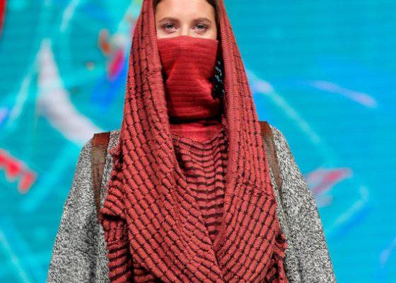 عارضة تقدم زياً للمصممين البيلاروسيين أطلق عليه اسم «نداء الصحراء»