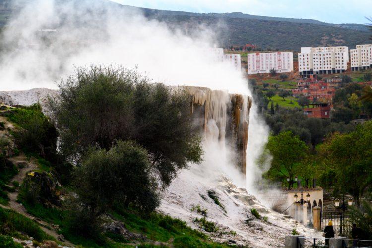 """""""حمام المسخوطين"""" في الجزائر:مياه ثائرة انفجرت من باطن الأرض وأصنام تحكي قصة عشق ممنوعة.. لغز كبير"""