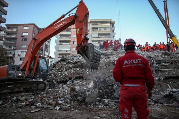 صحف اليوم:ارتفاع حصيلة قتلى زلزال تركيا والأمن بساحة الاعتصام في البصرة،الجزائر تصوت على استفتاء