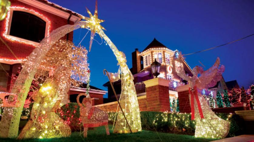 أضواء الميلاد تتلألأ في حي نيويوركي وسط قيود الوباء