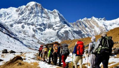 متسلقو الجبال النيباليون تحت الأضواء بعد وصولهم إلى قمة {كي 2}