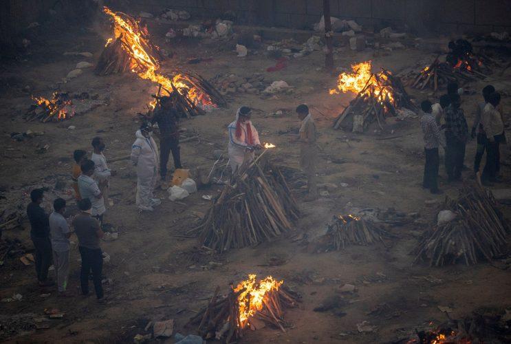 """صحف:تسجيل900.000 إصابة اليوم وكورونا يفتك بالهند:مستشفيات الهند تستغيث وحرق الجثث لايتوقف و""""على بريطانيا مواجهة ماضيها الاستعماري بأمانة"""""""