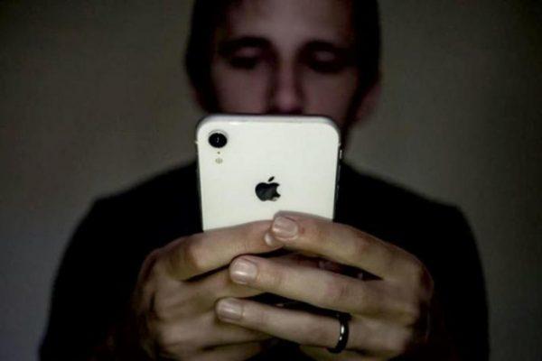 «الوضع الليلي» في الهواتف لا يساعد على النوم بشكل أفضل