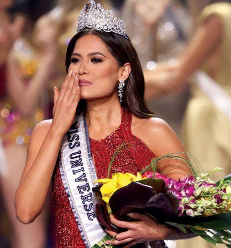 المكسيكية أندريا ميزا بعد تتويجها ملكة لجمال الكون