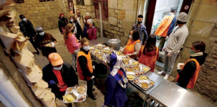 كنيسة في برشلونة تستضيف المسلمين في إفطار رمضان وطاهٍ جزائري محترف يعد وجبات إفطار مجانية