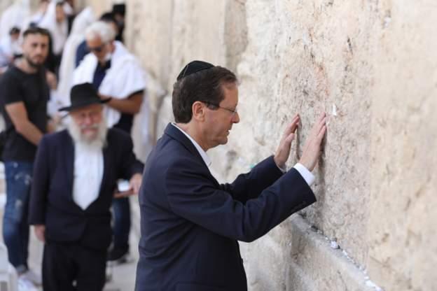 صحف:الكنيست ينتخب إسحاق هرتسوغ رئيسا لإسرائيل وتراجع قياسي لقيمة الليرة التركية عقب تصريحات لأردوغان،