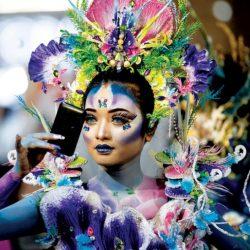 عارضة من وراء الكواليس أثناء عرض لرسوم على الجسم في مدينة سورابايا بإندونيسيا