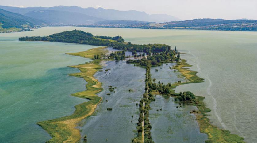 ذوبان الأنهر الجليدية في الألب السويسرية يشكل ألف بحيرة وأوروبا تغرق بالفيضانات وأميركا تحترق من الحر
