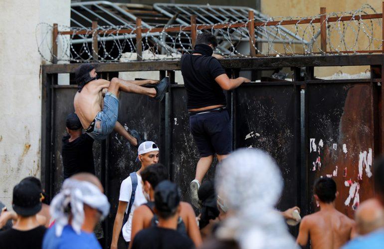 صندوق النقد الدولي يمنح لبنان 860 مليون دولار ومحتجون يحاولون اقتحام البرلمان و عشرات الجرحى جراء المواجهات