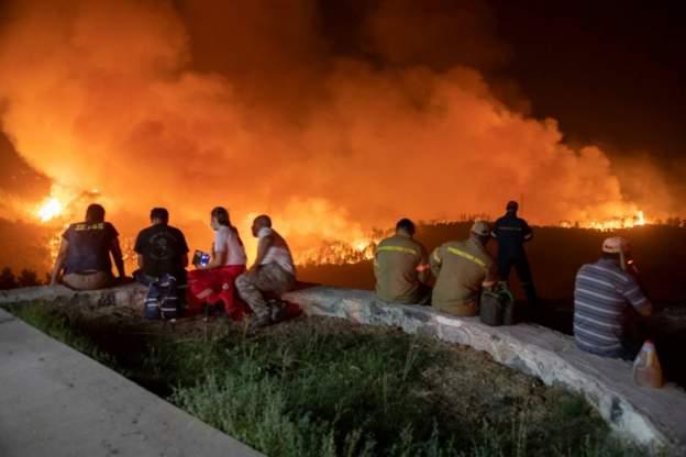 صحف:النيران تقترب في اليونان من أثينا وتلتهم في فلوريدا مدينة كاملة، وفي أفغانستان طالبان تقتل مسؤولا كبيرا في الحكومة