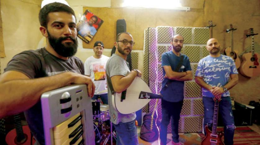 أغنية حب وعتاب في «عتمة سوريا» تجذب الملايين