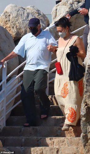 """9 علامات تخبرك بأنك في """"علاقة سامة"""" .. روبرت دي نيرو يحتفل بعيد ميلاده الـ78 مع امرأة غامضة"""