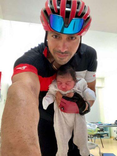طبيب لبناني يستقل دراجة ليجري عملية ولادة عاجلة: أنقذ الأم وجنينها
