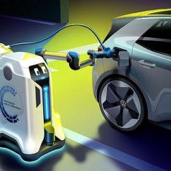 روبوت يجدد شحن السيارات الكهربائية لوحده