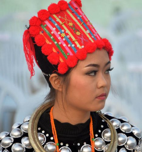 امرأة نيبالية ترتدي غطاء رأس تقليدياً خلال الاحتفالات بعيد الاستقلال (أ.ف.ب)