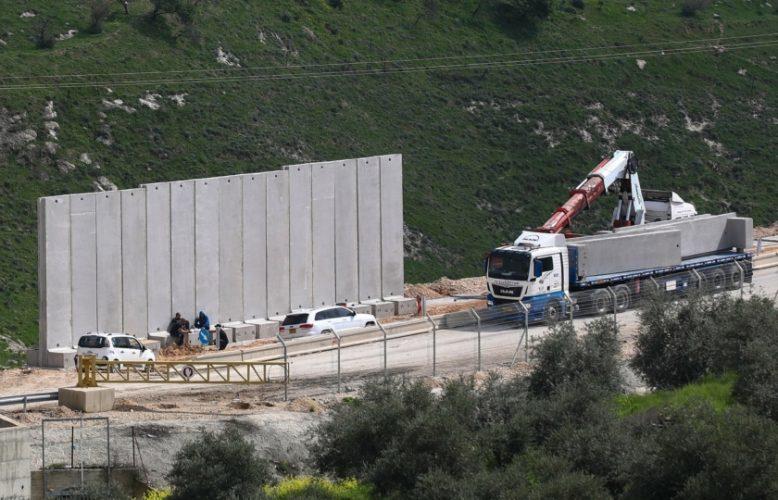"""إسرائيل تبدأ تطبيق خارطة صفقة القرن..وتشيد جدارا للفصل بين بلدتين في القدس """"صور"""""""