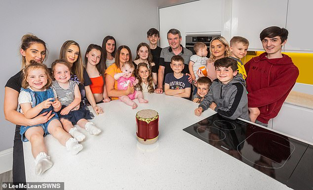 لديها 21 طفلاً يعيشون في 10 غرف.. أكبر عائلة بريطانية ترزق بمولودة جديدة