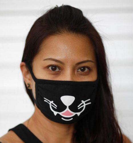 امرأة ترتدي كمامة في طريقها للتسوق في سنغافورة