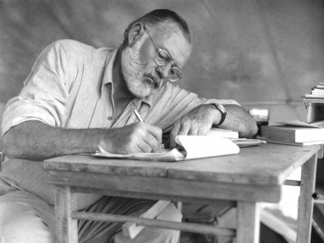 غطى الحرب وكتب أجمل الروايات وفاز بنوبل.. لماذا انتحر أرنست همنغواي؟
