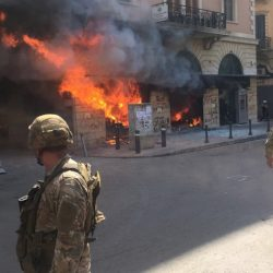 """احتجاجات عنيفة تتجدد وحرق مزيد من البنوك.. في طرابلس اللبنانية مع تشييع جنازة """"شهيد الثورة"""""""