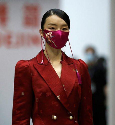 عارضة صينيه ترتدي كمامة في بكين وطريقة منزلية لتطهير الكمامات