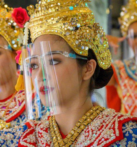 تايلندية بالزي التقليدي ترتدي واقياً واليونانيون يهرعون إلى الحلاقين ويشترون الورود