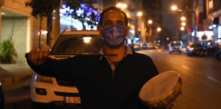 «كورونا سيبينا بحالنا سيبينا»... المسحراتي الفلسطيني يطور كلماته وطقوس رمضان «جدة التاريخية»