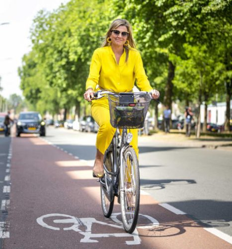 ملكة هولندا تغادر بالدراجة متحف لاهاي للفنون