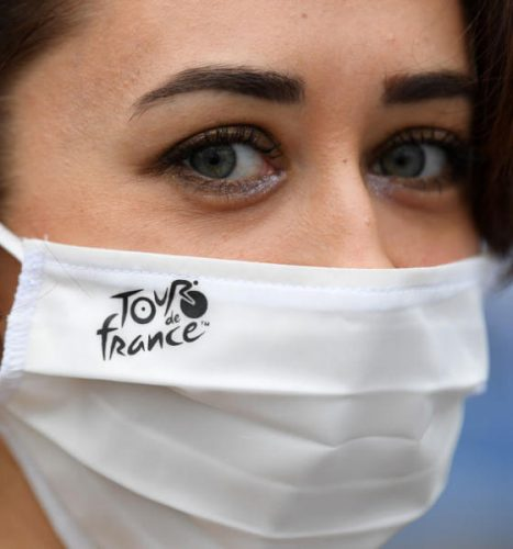 سمير عطا الله:البداية تغريدة إلى الجميع وسيدة ترتدي قناعاً واقياً يحمل شعار سباق فرنسا للدراجات