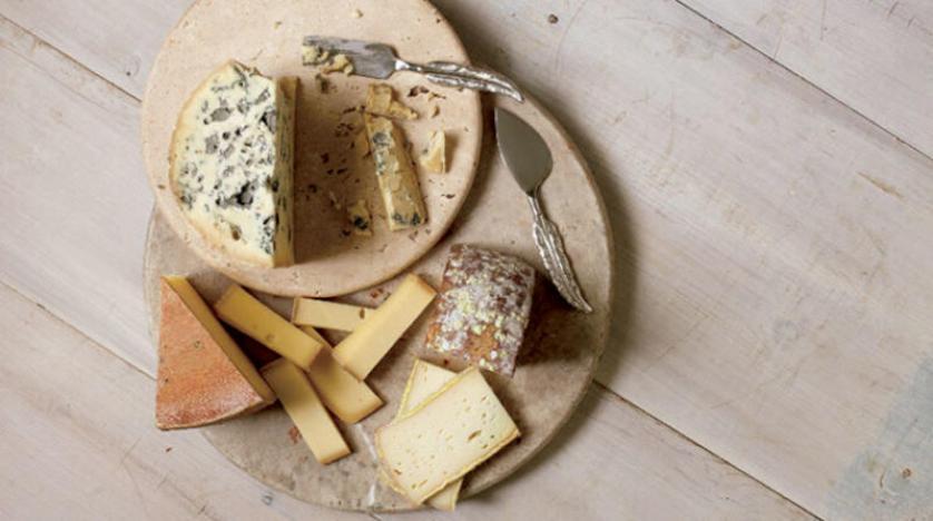 روائح الجبن تسمح للميكروبات بـ«التحدث» وإطعام بعضها بعضاً