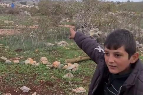 الطفل حسين شرتوني يلاحق دجاجته تحت نيران العدو الإسرائيلي