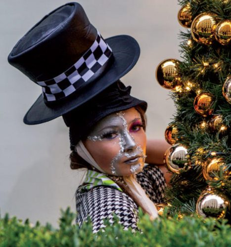 عارضة تقدّم أحدث مجموعة لبيير غارودي في عرض أزياء بوسط لندن (غيتي) وعناوين الصحف المتنوعة