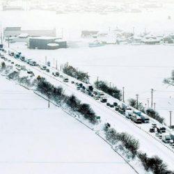 ثلوج اليابان تحتجز أكثر من 1000 مركبة