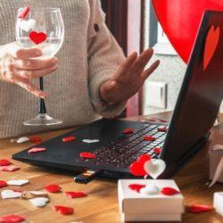 """كيف تقول """"أحبك"""" في عيد الحب وسط تفشي كورونا؟"""