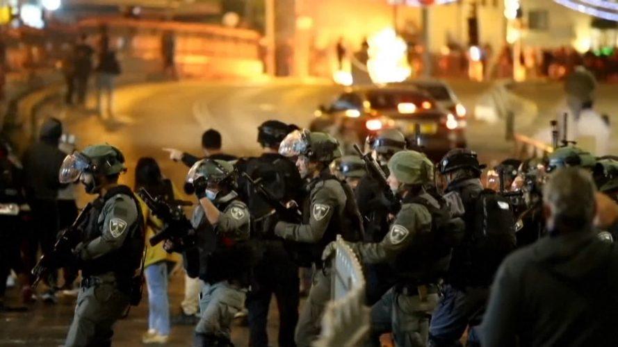 صحف:عشرات الجرحى في اشتباكات بين الشرطة الإسرائيلية وفلسطينيين ويهود متطرفين وغرق 130 مهاجرا قبالة السواحل الليبية، وتشاد تودع رئيسا حكمها 30 عاما
